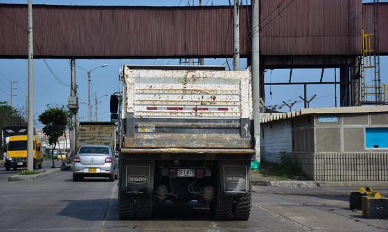 Un automotor de carga pesada con placas de  Cota, Cundinamarca, transita por la Vía 40.