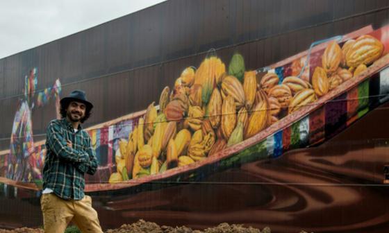 Eduardo Kobra junto al grafiti más grande del mundo.
