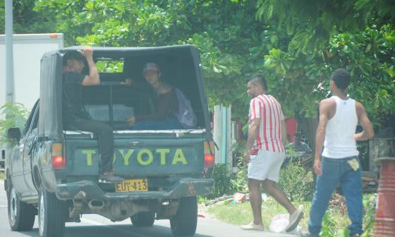 Por la Avenida Circunvalar, donde está prohibido el servicio, un conductor de este tipo de camionetas recoge pasajeros.
