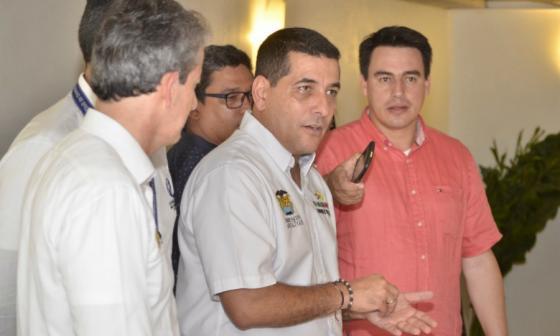 De izquierda a derecha; Carlos García, director de Invias, Dumek Turbay, gobernador de Bolívar, Jorge Eduardo Rojas, ministro de Transporte.