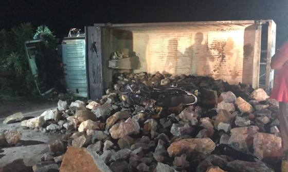 Camión cargado de piedras cae sobre dos mujeres que iban en moto: una murió en el sitio