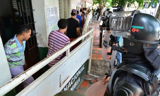 Evacúan a 260 reclusos de estación de Policía, tras posible brote de meningitis en Valledupar