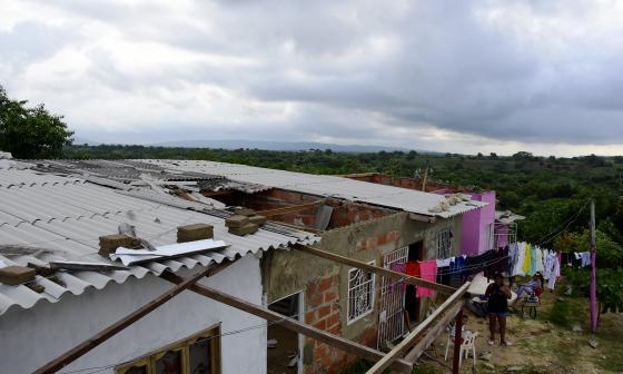 Tres de las 200 casas que el vendaval dejó sin una parte de sus techos en la urbanización Mundo Feliz.