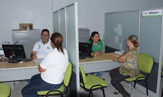 Aspecto de funcionarios de la Alcaldía Local Metropolitana atendiendo a usuarios de la zona.
