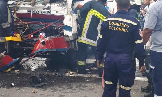 El cuerpo de Bomberos de Soledad saca al conductor atrapado del bus.