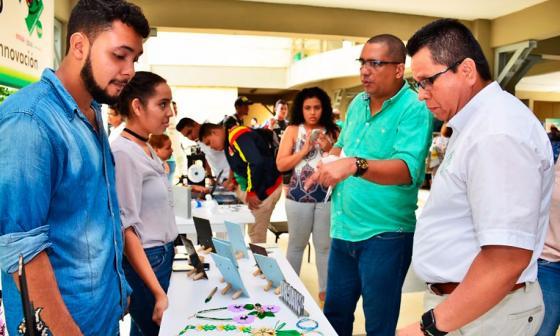 Estudiantes monterianos exportan artesanías fusionando culturas en los diseños