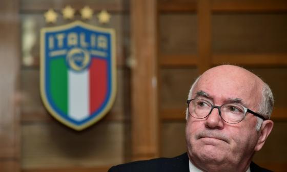 Carlo Tavecchio presentó su renuncia a la presidencia de la federación italiana de fútbol.