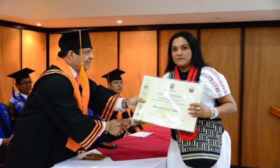 Lucellys Izquierdo en compañía del rector Pablo Vera Salazar.