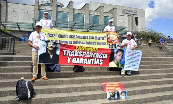 Víctimas del fiscal Lora hacen plantón en el búnker de la Fiscalía en Bogotá
