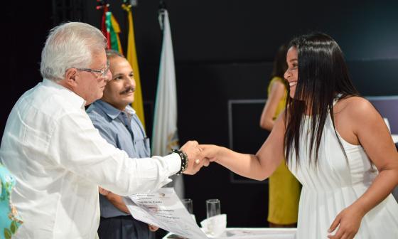 Alcalde de Soledad, Joao Herrera, entrega el diploma de graduación a una docente.