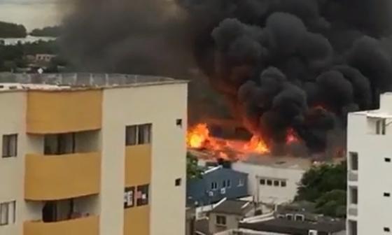 Voraz incendio consume una bodega de Cartagena
