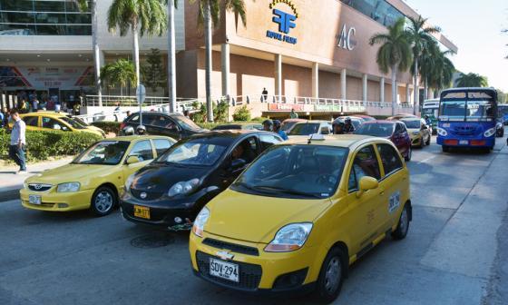 Taxis se movilizan por las vías de Barranquilla.