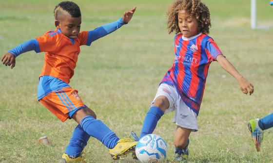 Jafet Habib Flórez, 'el Pibe' del Torneo Asefal, disputa la pelota con Rony Junior De León Rojano.