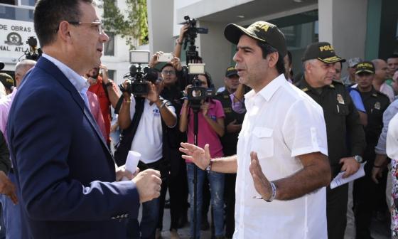 El director nacional de la Dijín, general Jorge Luis vargas Valencia, dialogando con el alcalde de Barranquilla, Alejandro Char.