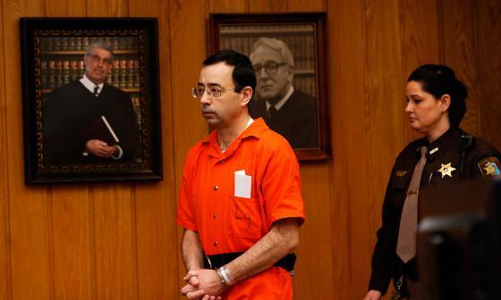 El médico Larry Nassar en el tribunal durante la fase de sentencia.