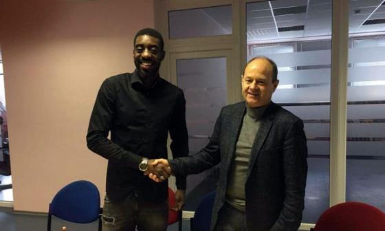 Barkley Miguel-Panzo junto a un dirigente del club FK Panevezys.