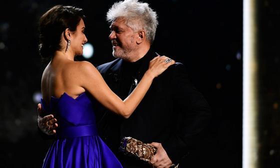 Penélope Cruz recibe el César de Honor de manos de Pedro Almodóvar