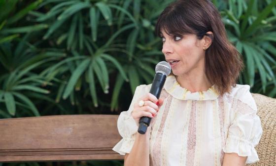 Maribel Verdú, descomplicada y provocativa, durante su conversatorio en la Corporación Española.