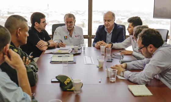 El ministro de Justicia, Enrique Gil Botero, explica la posición del Gobierno. Lo escuchan Verano y funcionarios de la Gobernación y el Distrito.