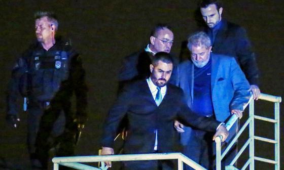El expresidente brasileño llega a Curitiba.
