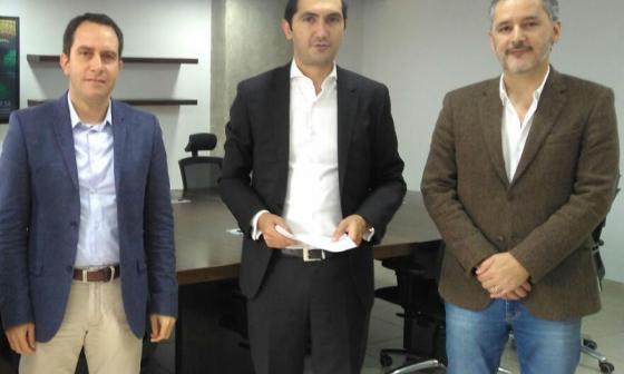Juan Manuel Wilches, comisionado de la CRC, David Barguil, y Germán ARias, director ejecutivo de la CRC durante la reunión de este miércoles en Bogotá.