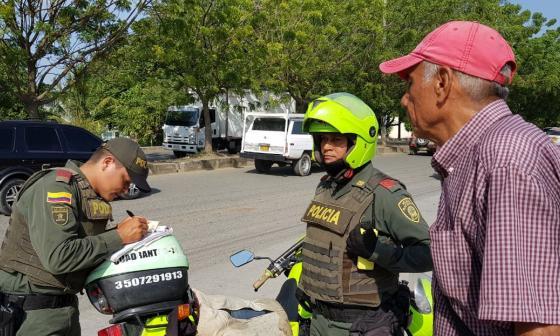 Van 63 amonestados por viajar como parrilleros en moto en Montería