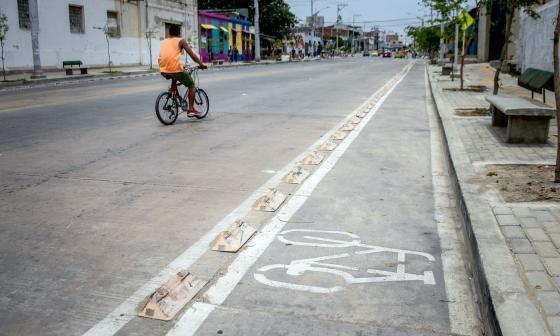 Este ciclista prefirió usar el carril para carros y no la ciclorruta habilitada de la carrera 50.