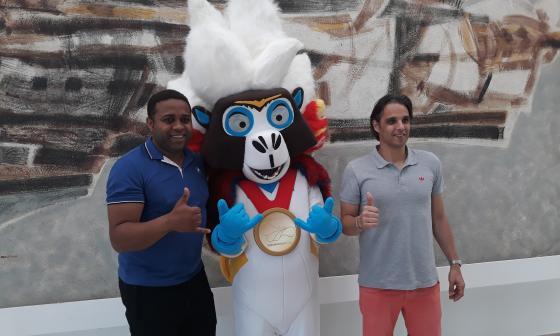 Nuno Gomes posa junto a Baqui, la mascota de los Juegos Centroamericanos.