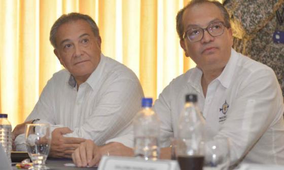 El procurador Fernando Carrillo (derecha) junto al vicepresidente de la República, general Óscar Naranjo.