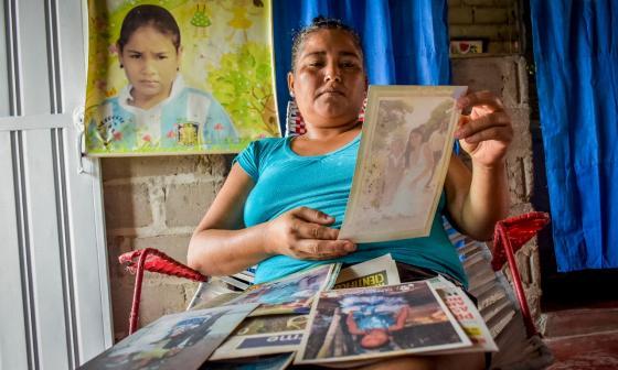 Ana Ortega, madre de Angie Paola, mira las fotos que se alcanzó a tomar su hija antes de su extravío.
