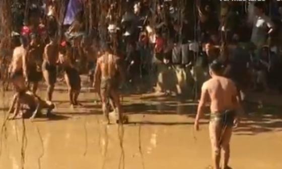En video | Cubiertos de lodo vietnamitas luchan en una ancestral batalla