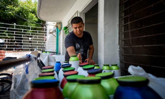 Adalberto Cueto prepara los termos que va a utilizar en una nueva jornada laboral antes de ir a la 'U'.