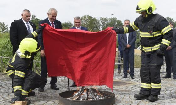 El presidente checo quema un calzoncillo rojo para burlarse de los periodistas