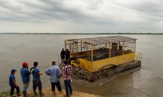 Mueven barcaza de Campo de la Cruz por erosión en el río Magdalena