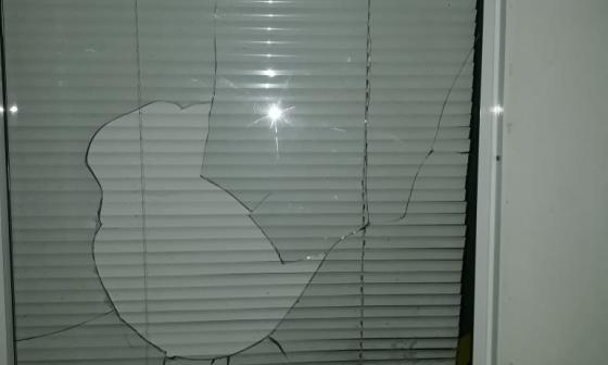 Una de las ventanas de la vivienda terminó con los vidrios partidos.
