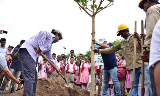El alcalde Alejandro Char siembra uno de los 286 nuevos árboles de la IED Pies Descalzos.