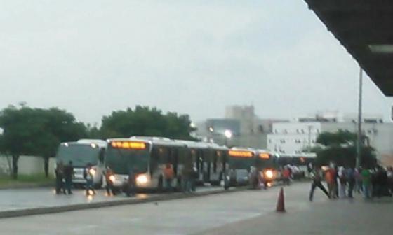 Transmetro suspende dos rutas tras bloqueos y protestas en Soledad