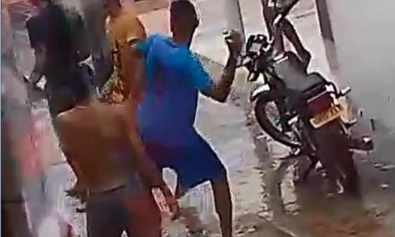 Pandillas se enfrentan a tiros y piedras bajo la lluvia
