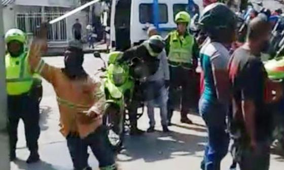 En video | Trifulca con machete y tiros al aire entre ciudadano y conductor de una grúa en Soledad