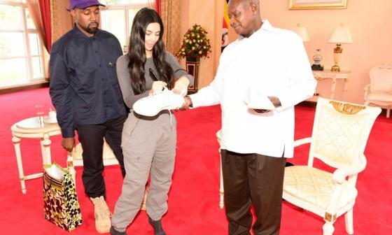 Kim Kardashian fue la encargada de entregarle el regalo al mandatario  Yoweri Museveni. Observa el rapero Kanye West.