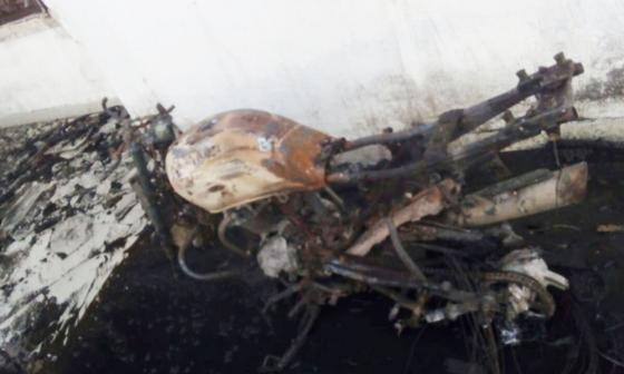 Cortocircuito en moto provoca incendio que consume casa y deja un herido en La Playa