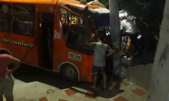 En video | Bus se estrella contra un poste en el barrio La Manga