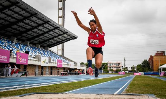 Valentina Barrios Bornacelli realizando un salto triple en la pista del estadio de atletismo Rafael Cotes de Barranquilla.