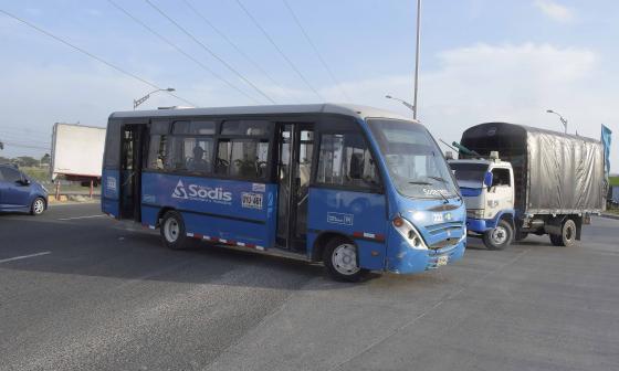 Un bus termina en contravía sobre la Circunvalar, tras pasar el retorno.