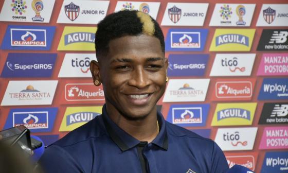 Yony González sonríe con su nuevo look en la rueda de prensa de ayer en la sede.