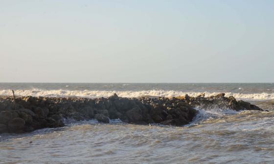 Los espolones actuales en la playa de Salgar.