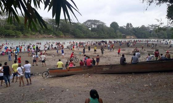 Turistas y locales visitan el río Sinú, en Montería.