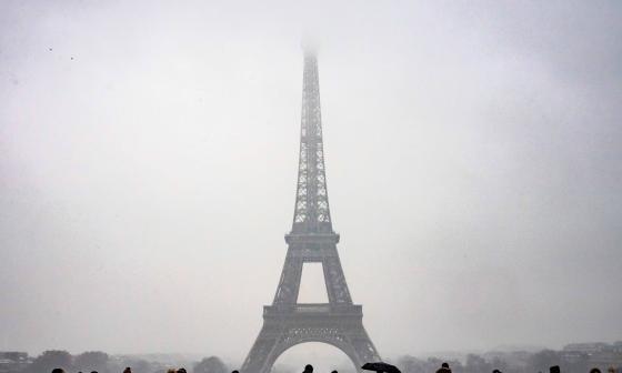 En video   Por temporada de nieve cierran la Torre Eiffel