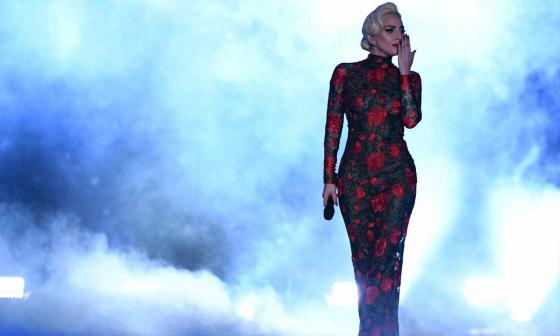 Lady Gaga luciendo un vestido de Yolancris.