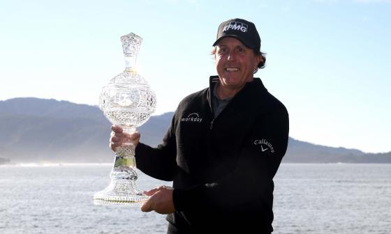 Mickelson gana el torneo de la PGA de Pebble Beach